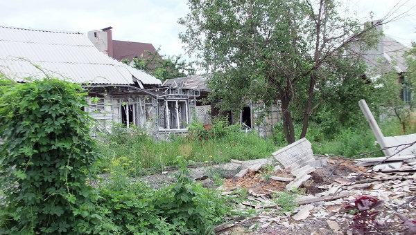 Дом, разрушенный в результате обстрела украинскими силовиками в Октябрьском районе Донецка