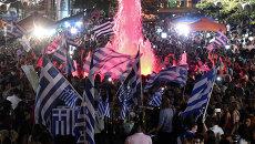 Сторонники Нет во время объявления первых итогов голосования на референдуме в Греции. Архивное фото