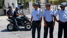 Полиция во время дежурства возле отеля. Архивное фото