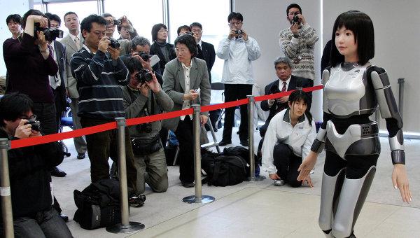Робот HRP-4C прогуливается перед журналистами в Токио. 2009 год