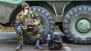Украинские военные контролируют дорогу возле Мукачево. Архивное фото