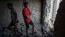 Жители Авдеевки в разрушенной в результате обстрела квартире. Архивное фото