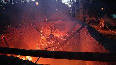 Здание горит после обстрела. Архивное фото