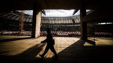 Рабочий идет по строительной площадке Большой Спортивной Арены Лужники в Москве. Архивное фото