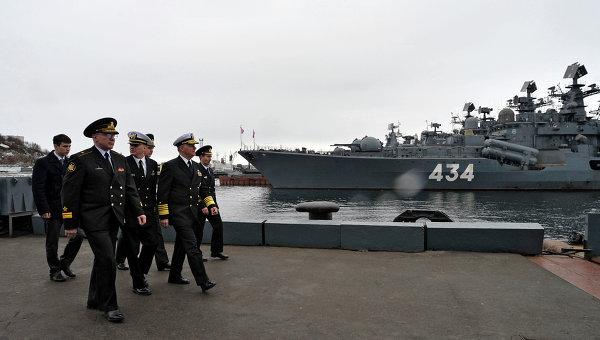 Вице-адмирал ВМФ РФ Андрей Воложинский и начальник военно-морских операций ВМФ США адмирал Гэри Ружхед на фоне эсминца Адмирал Ушаков в Североморске. Архивное фото