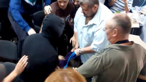 Кадр из видео с избиением украинского телеведущего Алексея Дурнева