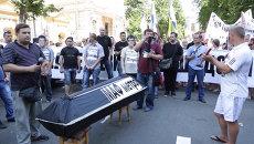 Владельцы киосков подземки принесли гроб на митинг в Киеве
