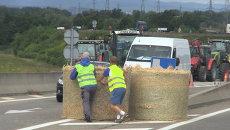 Фермеры Франции снопами сена закрыли въезд фурам с импортом из Германии