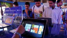 Пользователи тестируют Windows 10 в Нью-Дели, Индия. Архивное фото
