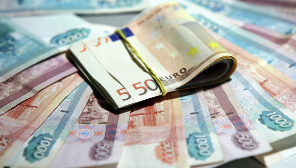 Евро и рубли. Архивное фото