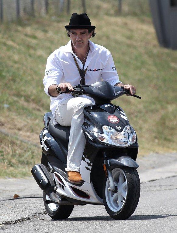 Актер Антонио Бандерас едет скутере на гонке Гран-при Каталонии в Монтмело