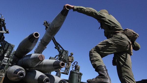 Военнослужащие во время погрузки учебных снарядов на учениях артиллерийских подразделений. Архивное фото