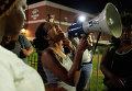Протестующие возле Департамента полиции в Фергюсоне, Миссури. 7 августа 2015