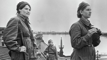 Девушки-бойцы на боевом дежурстве во время блокады Ленинграда. Архив