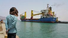 Корабль с гуманитарной помощью Йемену в порту города Аден. Архивное фото