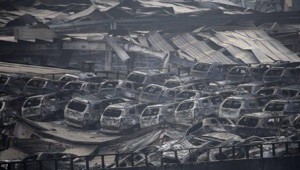 Обгоревшие автомобили на месте взрыва в Тяньцзине
