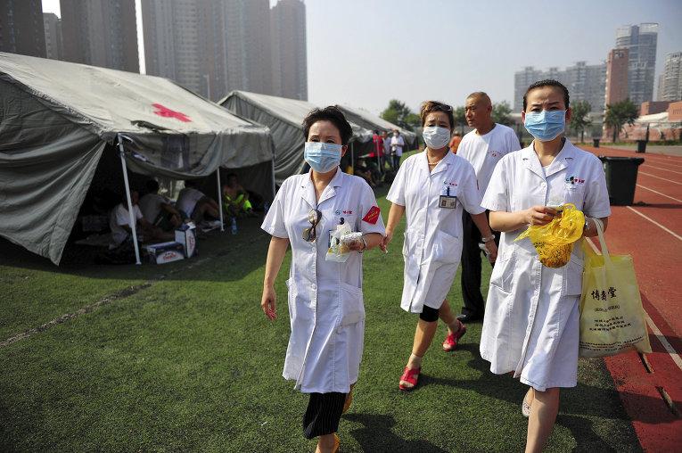 Волонтеры помогают пострадавшим в результате взрывов на складе опасных веществ в промышленном городе Тяньцзинь в Китае
