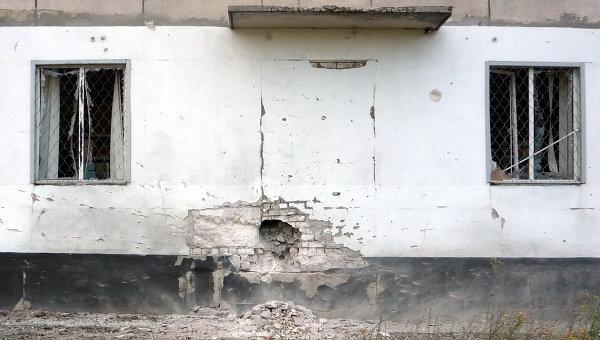 Попадание снаряда в дом в Первомайске. Архивное фото