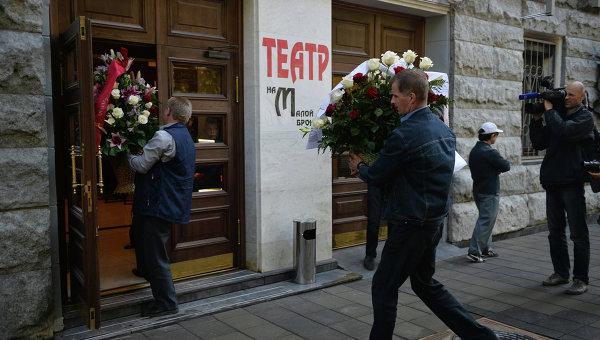 У входа в здание Театра на Малой Бронной, где состоится церемония прощания в актером Львом Дуровым