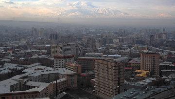 Вид Еревана. На заднем плане - гора Арарат, находящаяся на территории Турции. Архивное фото