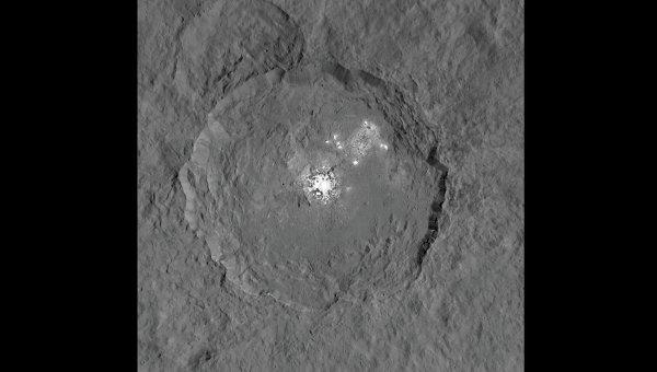 Новые фотографии кратера Оккатор с загадочными белыми пятнами