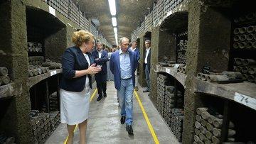 Президент России Владимир Путин вместе с бывшим итальянским премьером Сильвио Берлускони посетил главный подвал в объединении Массандра с самой большой библиотекой вин в мире. 11 сентября 2015.