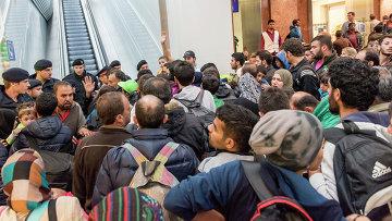 Мигранты, направляющиеся в Германию, на платформе вокзала в Австрии. Сентябрь 2015. Архивное фото