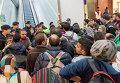 Мигранты, направляющиеся в Германию, на платформе вокзала в Австрии. Сентябрь 2015 года