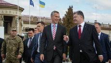 Президент Украины Петр Порошенко и генеральный секретарь НАТО Йенс Столтенберг в аэропорту Львова
