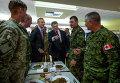 Украинский президент Петр Порошенко и генсек НАТО Йенс Столтенберг во время встречи с украинскими и канадскими военными в тренировочном лагере под Львовом, Украина . 21 сентября 2015