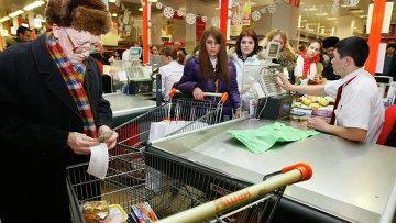 Пенсионер делает покупки в гипермаркете Ашан. Архивное фото