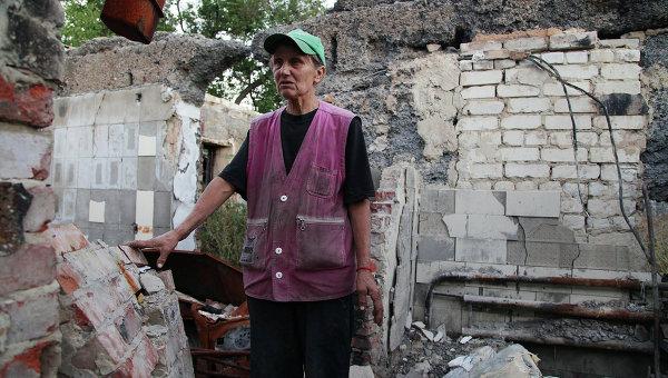 Надежда Ивановна, жительница поселка Веселое Донецкой области, на руинах собственного дома