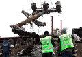 Эксперты из Голландии во время погрузки обломков малайзийского самолета Boeing 777 в Донецкой области