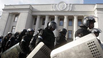 Сотрудники полиции у здания у здания Верховной Рады в Киеве. Архивное фото
