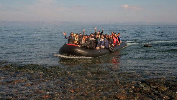Беженцы прибывают в Европу через Средиземное море. Архивное фото.