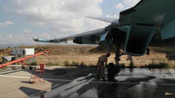 Техник осматривает российский самолет, вернувшийся с задания на авиабазу Хмеймим, Сирия