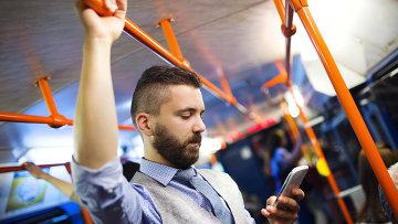Пассажир в автобусе пользуется доступом в интернет. Архивное фото