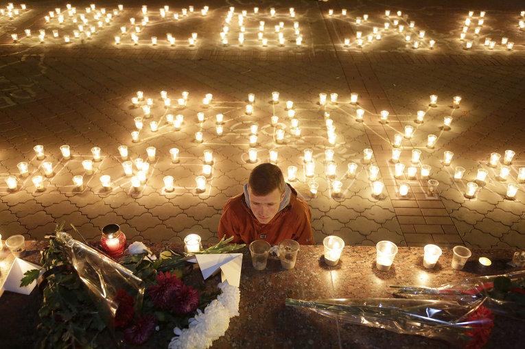 Жители Симферополя возлагают цветы и зажигают свечи в память о жертвах авиакатастрофы российского авиалайнера в Египте