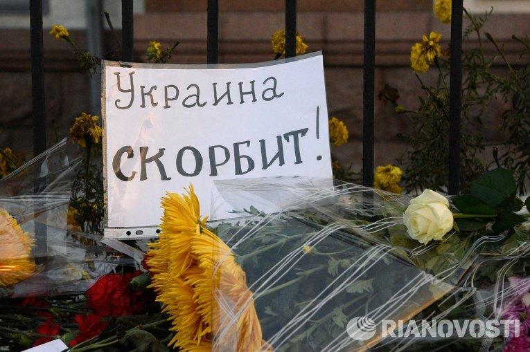 Цветы у Российского посольства в Киеве в память о жертвах авиакатастрофы лайнера Airbus-321 авиакомпании Когалымавиа, который выполнял рейс 9268 Шарм-эш-Шейх - Санкт-Петербург