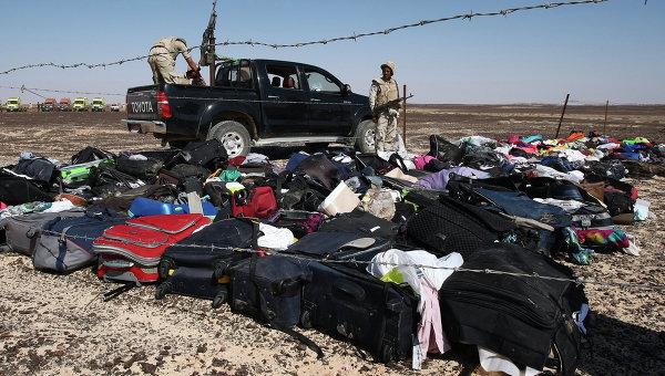 Личные вещи пассажиров на месте крушения самолета Airbus A321 авиакомпании Когалымавиа в Египте