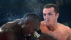Латиф Кайоде (Нигерия) и Денис Лебедев (Россия) во время боя за титул чемпиона мира по версии WBA в первом тяжелом весе на боксерском шоу в Казани