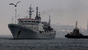 Исследовательское судно Адмирал Владимирский в порту Владивостока. Архивное фото