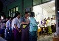 Вход на избирательный участок в Мьянме