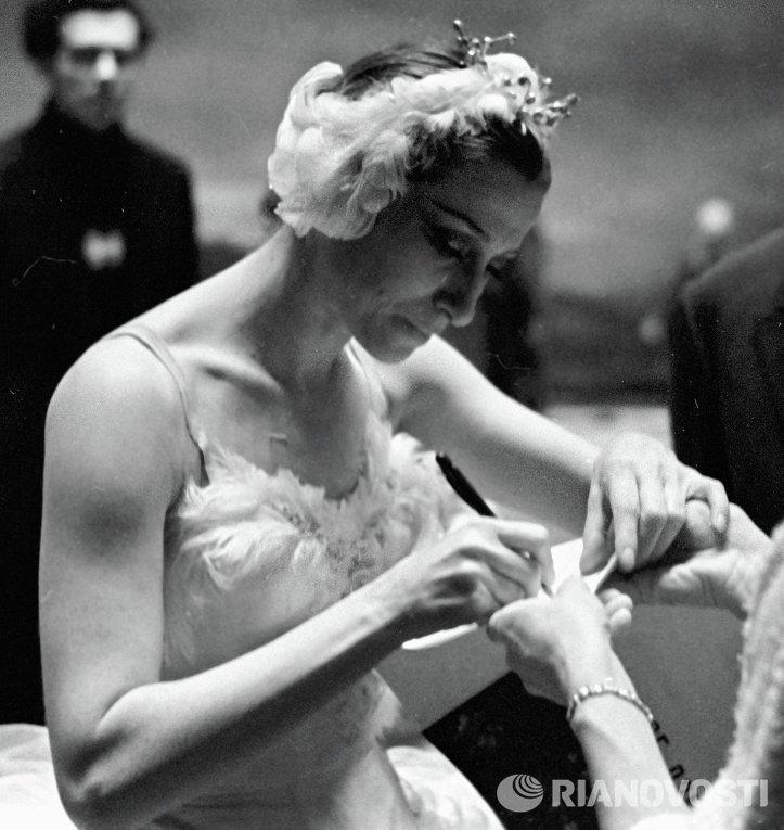 Народная артистка СССР Майя Плисецкая дает автограф в антракте спектакл