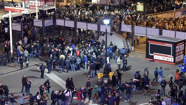 Люди во время эвакуации со стадиона Stade de France, рядом с которым прогремели взрывы. Архивное фото