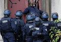 Французские полицейские взламывают дверь в церкви в Сен-Дени