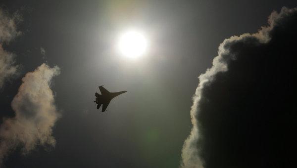 Российский многоцелевой высокоманевренный всепогодный истребитель Су-35 во время демонстрационных полетов на Международном авиационно-космическом салоне МАКС-2011. Архивное фото