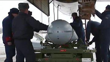 Загрузка крылатой ракеты в стратегический бомбардировщик-ракетоносец Ту-95 Военно-космических сил России перед боевым вылетом самолета для нанесения авиаудара по объектам ИГ в Сирии. Архив