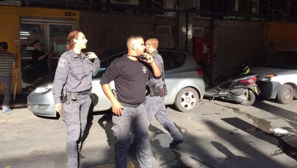 Полицейские в офиса телеканала RT в израильском Тель-Авиве