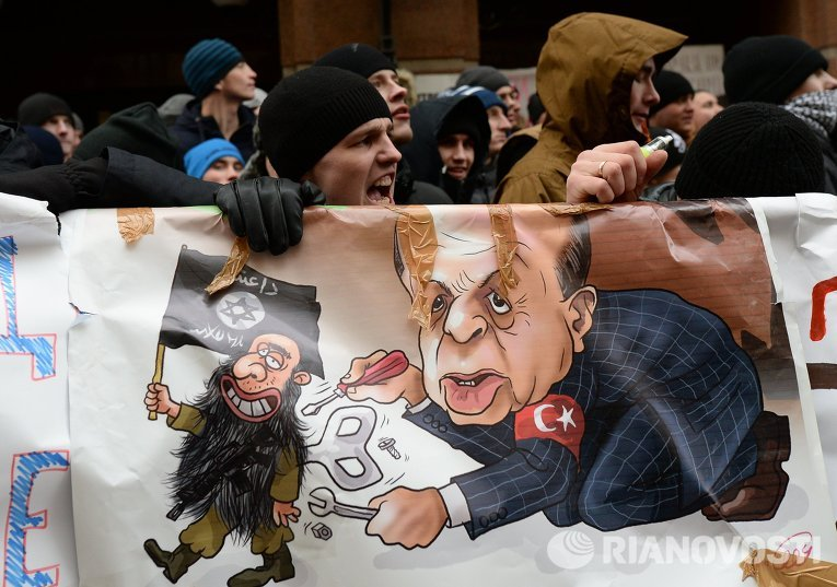 Участники акции протеста против действий Военно-воздушных сил Турции